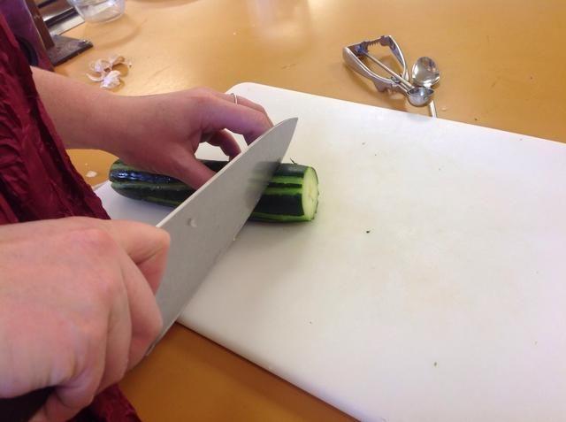 Una vez que se hacen las líneas de cortar los dos extremos del pepino. Cortar el pepino haciendo rebanadas de una pulgada de espesor. Usted quiere que los trozos sean de espesor, esto hará que sean más fáciles de recoger al comer.
