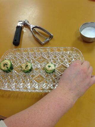 Ponga el hijo pepino una bandeja y cubra con la parte verde oscuro de la cebolla de verdeo.