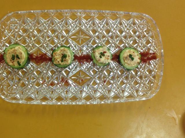 Organizar los pepinos en una bandeja y cubra con las partes verdes de la cebolla. Pimentón Espolvorear encima del pepino para el color. Decorar el plato si lo deseas. ¡Buen provecho!