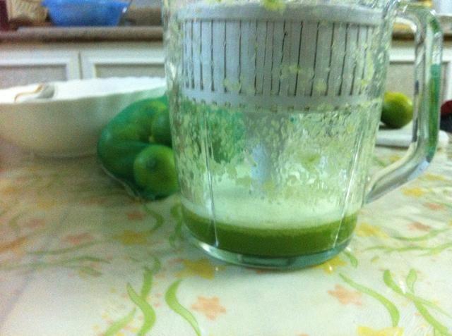 Use un extractor de jugos para extraer el jugo de los pepinos, necesitará 1 taza de jugo de pepino
