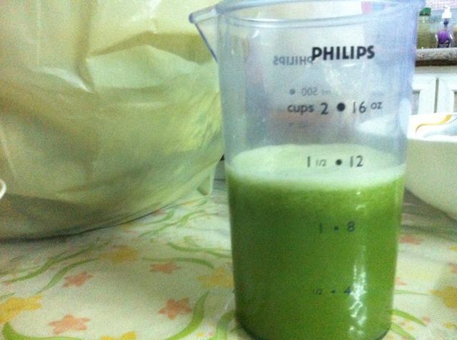 Agregue el jugo de limón al vaso de precipitados.