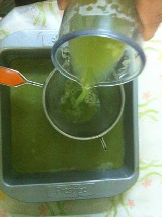 Cuele la mezcla en un plato ancho y poco profundo, he usado una fuente de horno, pero no dude en utilizar un recipiente de plástico.