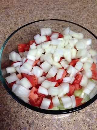 Vierta el aceite y el vinagre sobre sus pepinos, tomates y cebollas