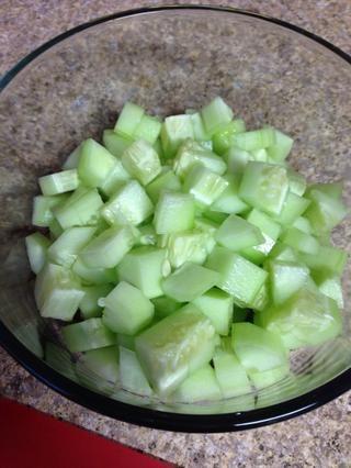 Coloque los pepinos cortados en cubitos en su tazón de fuente