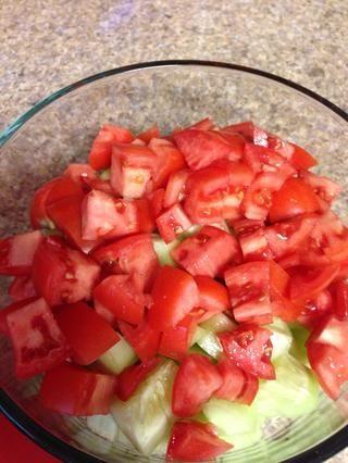 Añadir los tomates cortados en cubitos con sus pepinos