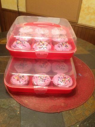 Usted puede poner sus cupcakes terminados en un recipiente para mantenerlos frescos y protegidos.
