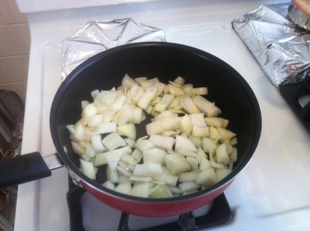 Picar la cebolla y sudar ellos durante 7 minutos. En coco o aceite de oliva.
