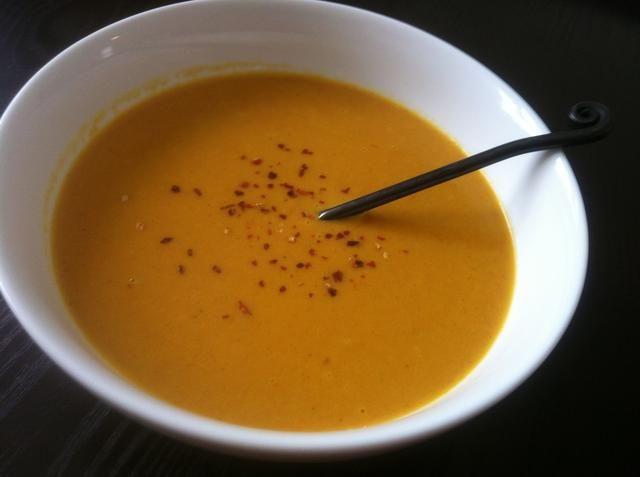 Adorne con más hojuelas de chile, crema agria, yogur griego, o crema fresca.