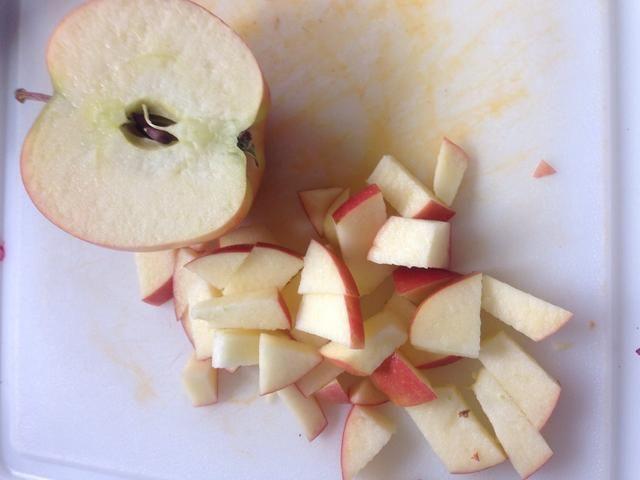 Cuando su espera de la quinua, cortar las manzanas en cubos, dados y la cebolla.