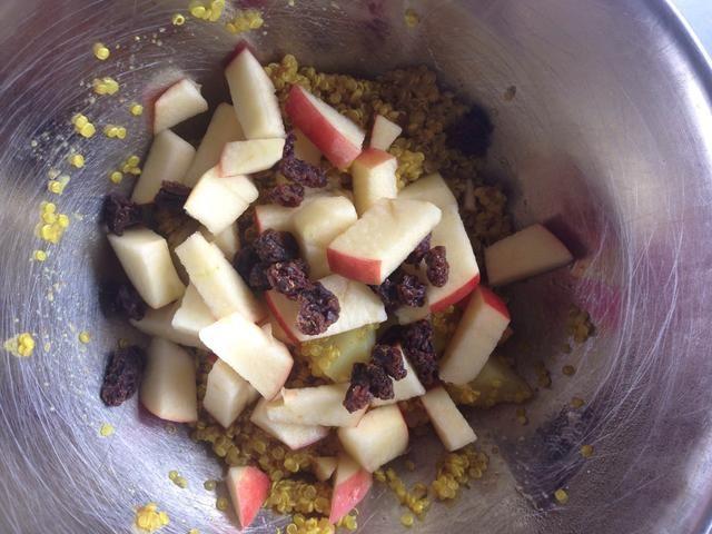 Añadir las manzanas, las pasas de uva