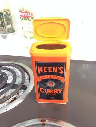 Añadir 1 cucharadita de curry en polvo para el tocino freír.