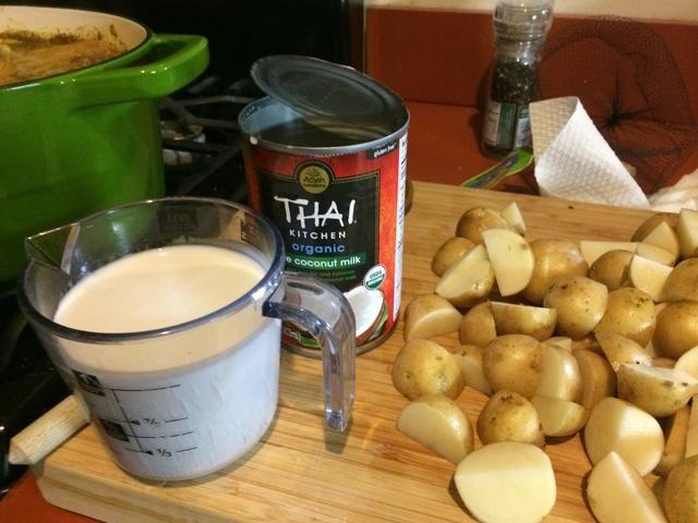 Después se cocina el pollo, añadir las patatas y leche de coco ... continuar a fuego lento, tapado, a fuego lento.
