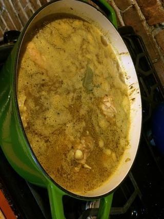 Añadir la hoja de laurel al agua y deje hervir, bajar el fuego al mínimo.