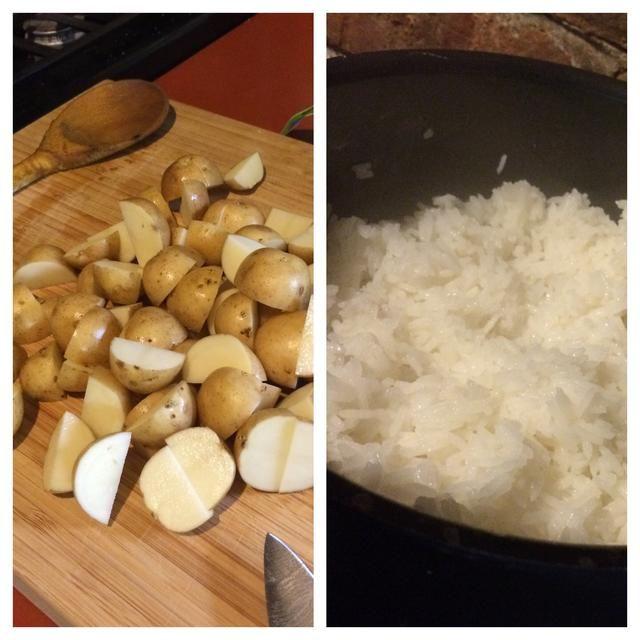 Mientras los cocineros de la mezcla, cortar las patatas por la mitad y preparar arroz jazmín acuerdo con las instrucciones.