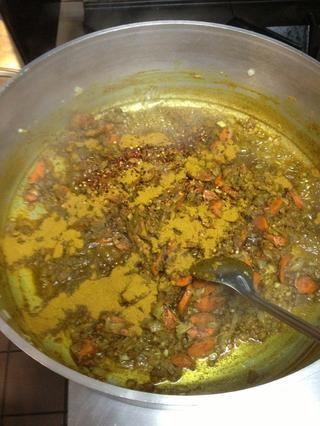 Añadir el pimiento rojo y el curry en polvo, si es necesario. Debe formar una pasta espesa. Cocine por un rato e inhalar los sabores.