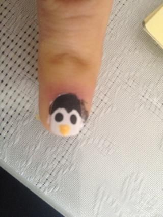 Añadir el pingüino's with the yellow nail polish
