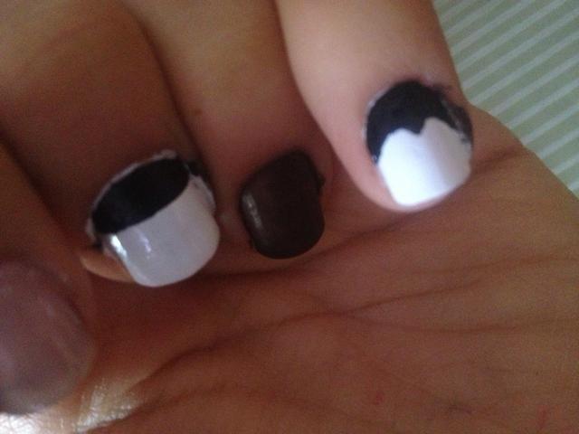 Y poner el esmalte de uñas negro
