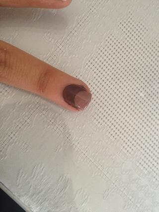 Hacer un punto grande con la luz de Brown esmalte de uñas en el clavo con la oscuridad de Brown
