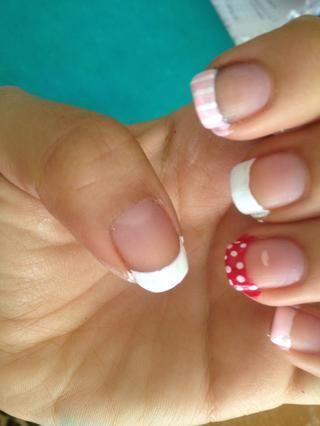Agregue un poco de puntos blancos con el palillo de dientes en la uña con el esmalte de uñas de color rosa oscuro