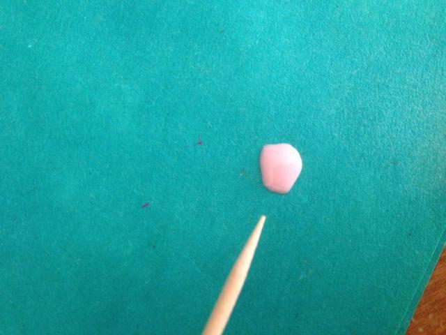 Ponga un poco de esmalte de uñas de color rosa claro en un papel y preparar el palillo de dientes