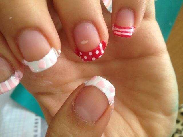 Hacer algunos puntos grandes de color rosa claro en las uñas que tienen esmalte de uñas blanco