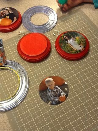 Usando un cortador de círculos, recorta sus fotos