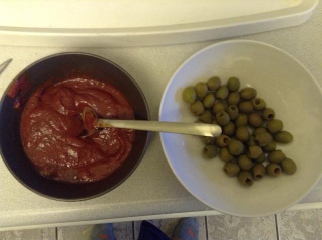 Preparar pasta de tomate y las aceitunas verdes