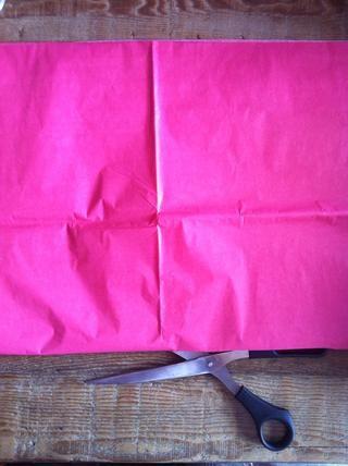 Si usted desea hacer pompones de tamaño más pequeño cortan la pila de papel de seda en el medio. En caso contrario, proceder sobre.