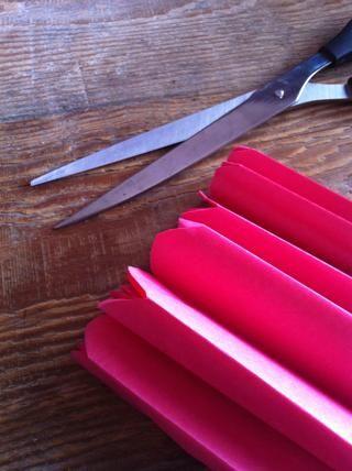 Ronda de ambos bordes fuera cortando un semicírculo. Como alternativa para un look más definido, se puede cortar un borde cortante (forma de V)