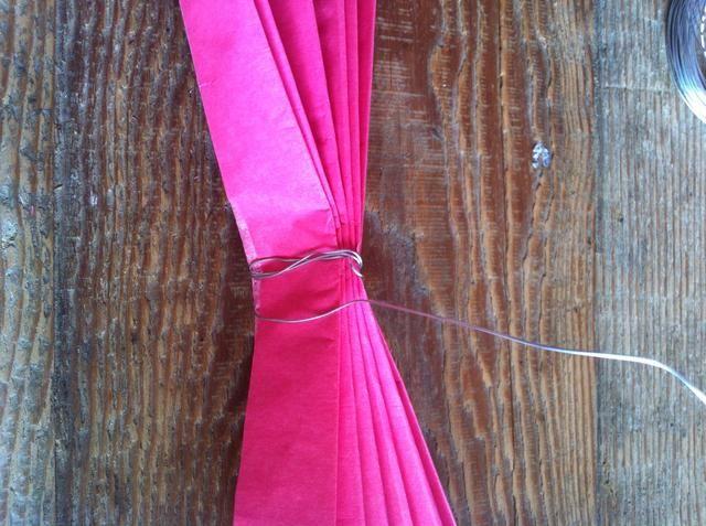 Envuelva el alambre de artesanía en todo el pliegue central un par de veces para asegurarlo. Don't forget to create a small loop with your wire, it'll help with hanging them up.