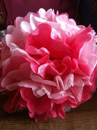 También puede experimentar y crear contraste pompones de colores. Creamos este bicolor pom pom rosa alternando el papel de seda de color en el paso 1.