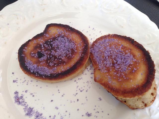 Mis nietos vinieron a visitar. Hicimos Moomin-tortitas y les encantó en especial el azúcar de color púrpura.
