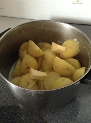 Derretir la mantequilla en baja en la parte superior de las patatas