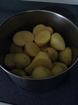 Ponga peladas, las patatas en rodajas en una olla