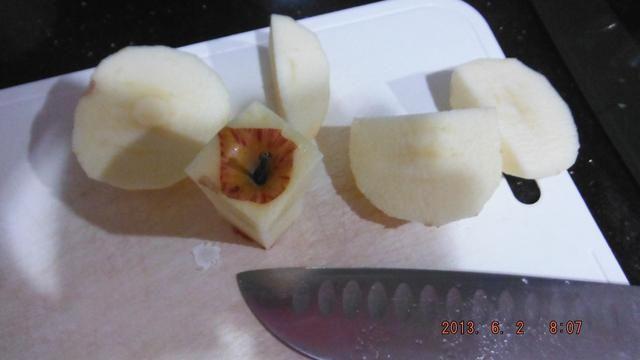 Corte cada manzana en cuatro trozos grandes.