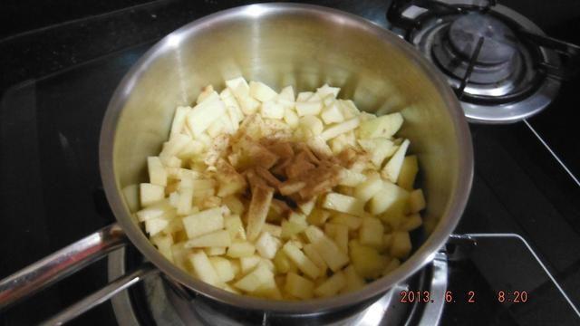 Pop los trozos de manzana en la cacerola, añadir una cucharada sopera de canela, dos cucharada sopera de miel (o tanto como quieras). Cocine a fuego medio durante unos 12 minutos o hasta que los trozos de manzana son suaves.