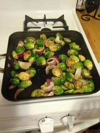 Añadir 1/2 cucharadita de pimienta negro, 1/2 cucharadita de sal de ajo, 1/2 cucharadita de cebolla en polvo y 1/2 de cucharadita de pimienta de cayena a los brotes.