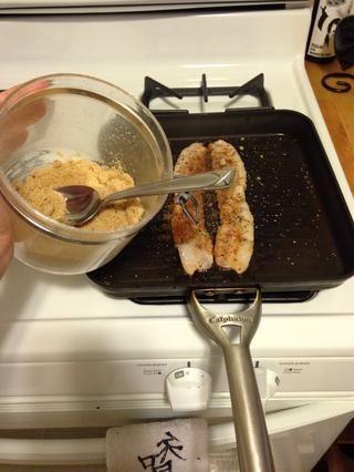 Espolvoree 1/4 cucharadita de azúcar morena. Al voltear el tocino, repita el 1/4 cucharadita en el otro lado. Esto debería tomar alrededor de 2 a 4 minutos dependiendo de cómo te gusta el crujiente de tocino.