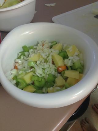 Picar la cebolla y picar los ajos.