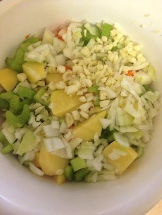 Añadir las verduras a la olla de barro y añadir agua suficiente para cubrir las verduras. Por cada taza de agua utilizada (incluyendo el agua que agregamos anteriormente) utiliza 1 cubito de caldo.