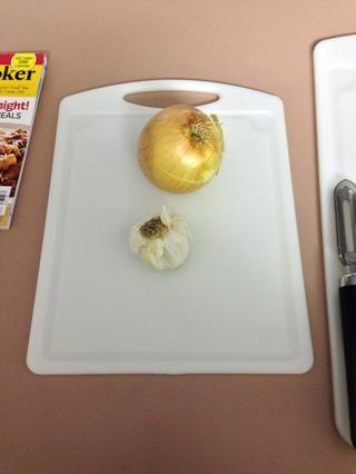 Y la cebolla y el ajo en una tabla de corte independiente (esto no es't necessary you could use the other cutting board but when I did it I separated them)