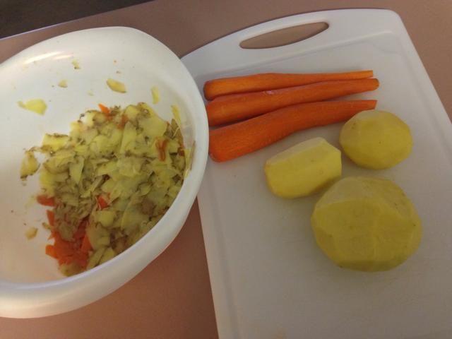 Siguiente pelar las zanahorias y las patatas.
