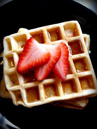 Top con mantequilla y jarabe de arce, las fresas y crema batida, o lo que quieras.