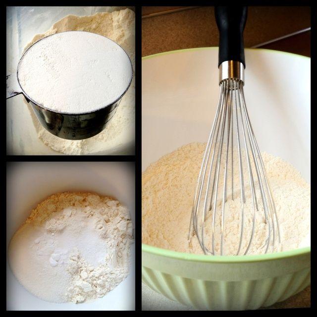 Mida los ingredientes secos. (Pase un cuchillo la mantequilla a la taza de medir para medir con precisión.) Utilice una batidora para combinar.