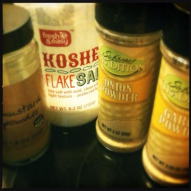 Añadir la mostaza en polvo, comino, sal, cebolla en polvo, ajo en polvo y chile en polvo.