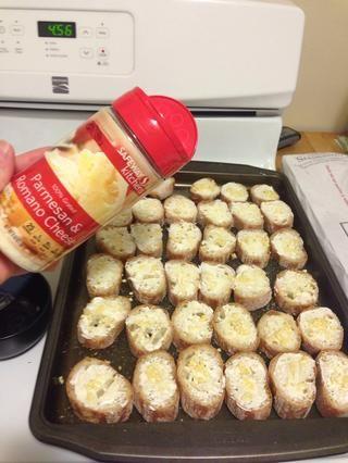 Espolvorear la superficie con queso parmesano. He utilizado alrededor de 1 cucharadita por baguette. (Este es un combo de parmesano con el Romano que tiene un sabor increíble)
