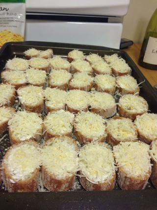 Cubra cada rebanada con queso italiano. Creo que he utilizado aproximadamente 1/4 c por baguette.