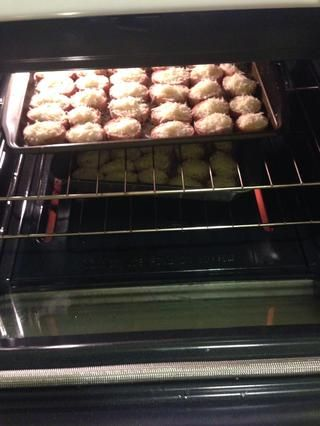 Añadir las rodajas al horno y cocine por unos 10-12mins o hasta que el queso se derrita. Servir a su partido y disfrutar de las deliciosas rebanadas de pan de ajo con queso.