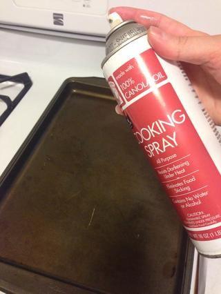Rocíe una sartén con aceite en aerosol antiadherente.