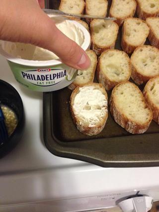 Extender una capa ligera de queso crema sobre las rebanadas de pan. He utilizado aproximadamente 1 cucharada por baguettes. He utilizado la grasa.